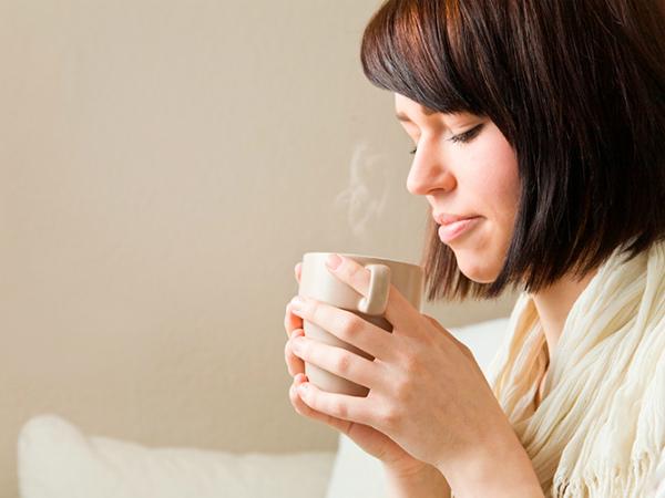 девушка пьет чай