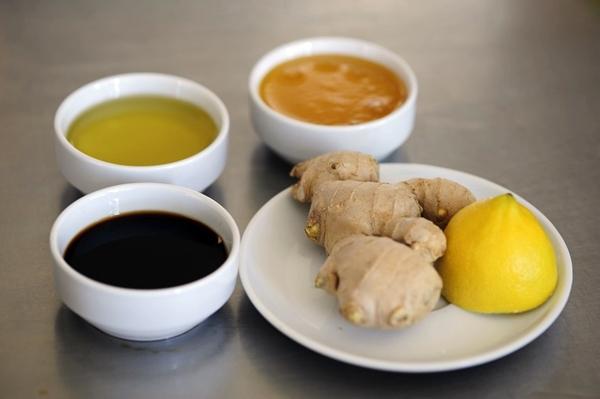 разные соусы в тарелках