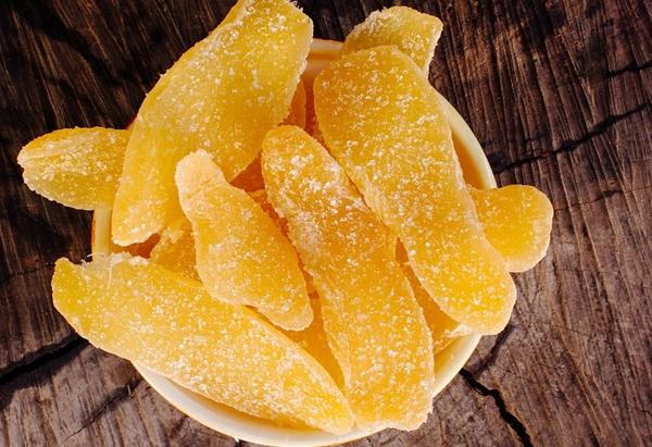 цукаты из имбиря и апельсина в миске