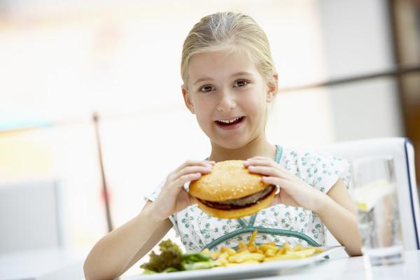 девочка кушает фаст-фуд