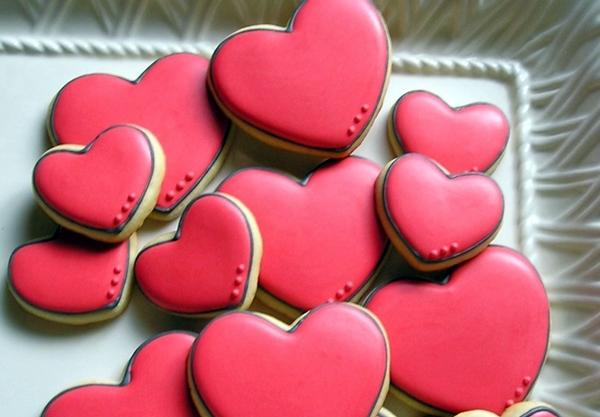 имбирные пряники в форме розовых сердец