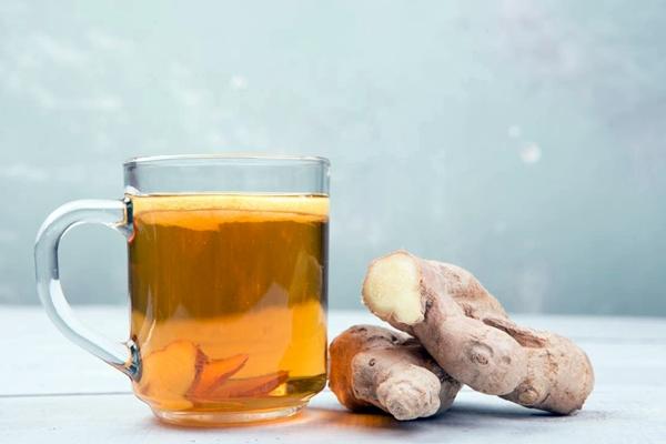 имбирный чай в стакане