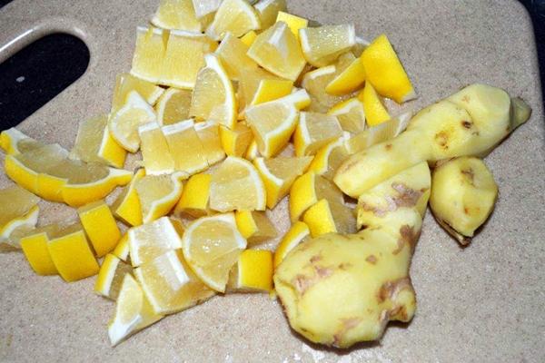 очищенный имбирь и лимон
