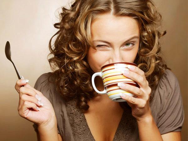 девушка пьет чай от давления