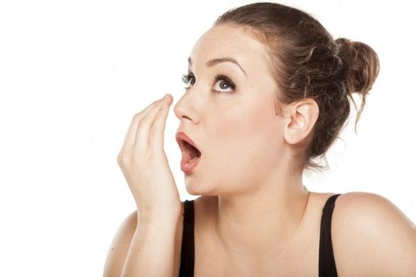 у девушки неприятный запах изо рта