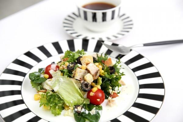 салат с авокадо и курицей на тарелке