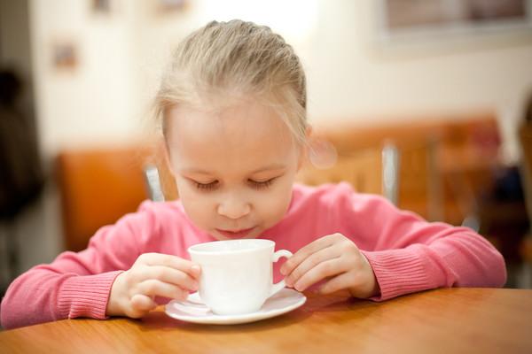 ребенок с чашкой чая