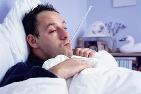 мужчина в кровати с орз