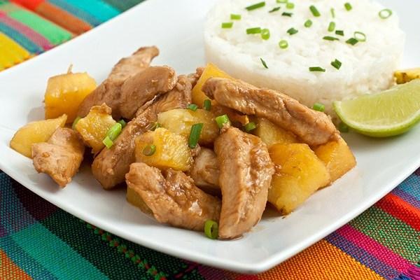 курица с ананасом и зеленью на тарелке